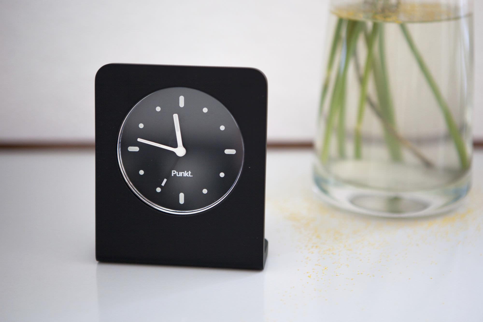 moderne uhr analog tisch aus aluminium ac alarm clock by jasper morrison