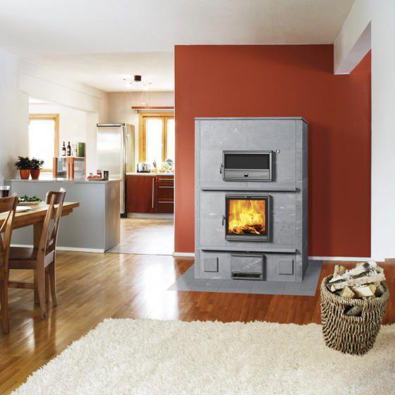 wandmontierter Kamin mit rotem Rahmen im grauen Wohnzimmer