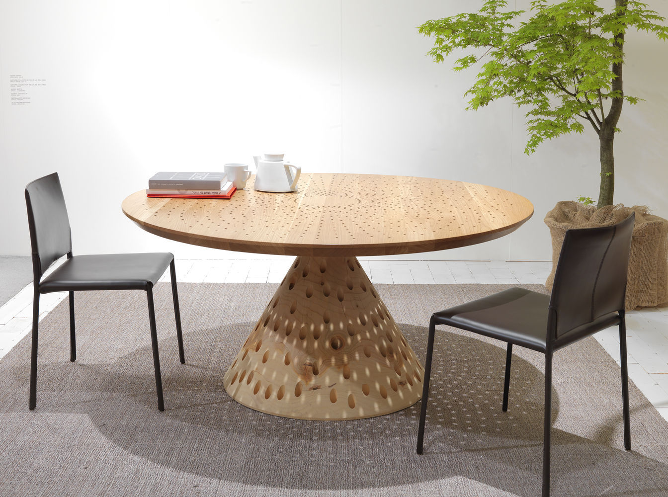 designtisch / originell / aus massivholz / aus zeder / quadratisch, Möbel