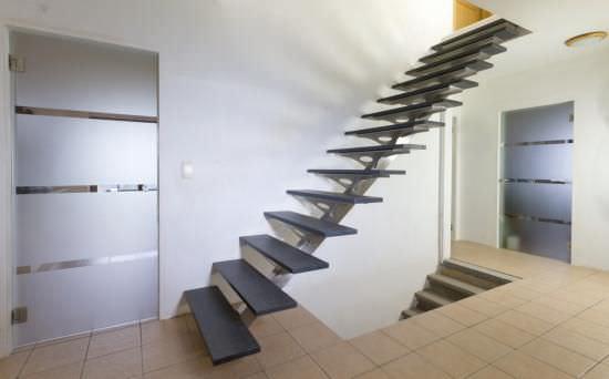 Geradläufige Treppe gerade treppe holzstufen metallstruktur ohne setzstufe