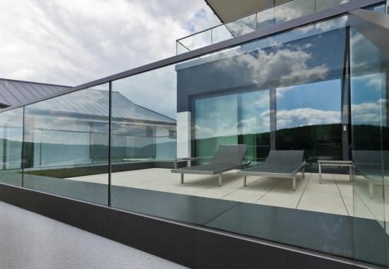 Glasgelander Mit Stangen Aussenbereich Fur Terrassen