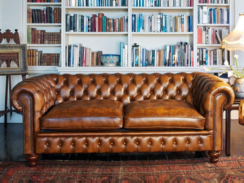 Chesterfield Sofa, Wandverkleidung und Boden aus Holz