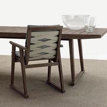 Moderner Stuhl / mit Armlehnen / Kufen / Nussbaum