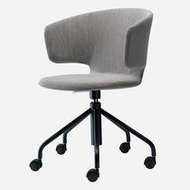 Moderner Bürostuhl / mit Rollen / sternförmiger Fuß / mit Armlehnen