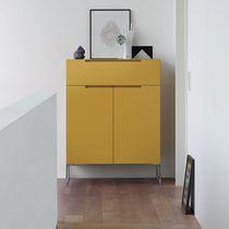 Moderne Kommode / lackiertes Holz / Metall / gelb