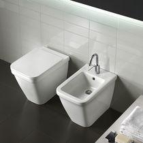 Freistehendes WC / Keramik / mit eingebauter Spülung