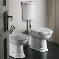 Freistehendes WC / Keramik / mit sichtbarem Spülkasten