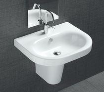 Wand-Waschbecken / Keramik / modern / mit integriertem Handtuchhalter