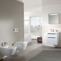 Freistehend-Toiletten / hängend / aus Keramik / mit eingebauter Spülung