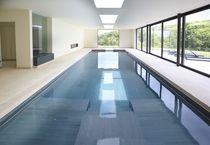 Erdverlegtes Schwimmbecken / aus Kalkstein / Innenraum