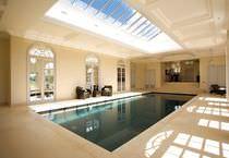 Erdverlegtes Schwimmbecken / Beton / Mosaik / Innenraum
