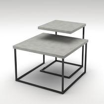 Moderner Satztisch / aus lackiertem Stahl / Beton / quadratisch