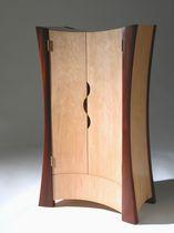 Kleiderschrank / originelles Design / Holz / mit Flügeltüren