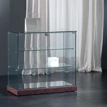 Moderne Vitrine / mit Fußgestell / Glas / niedrig