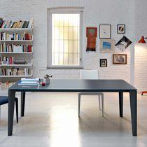 Moderner Esstisch / lackiertes Holz / Glas / Stahl