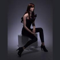 Frau-Schaufensterpuppe / realistisch / sitzend