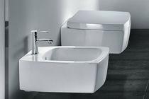 Hängend-Toiletten / aus Keramik / mit eingebauter Spülung