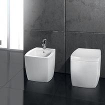 Freistehend-Toilette / aus Keramik / mit eingebauter Spülung