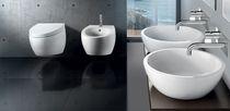 Hängend-Toilette / aus Keramik / mit eingebauter Spülung
