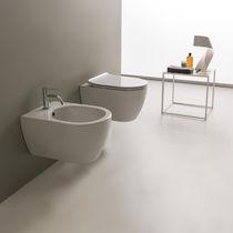 Hängendes WC / Keramik / mit eingebauter Spülung
