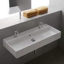 Doppeltes Waschbecken / Wand / rechteckig / Keramik