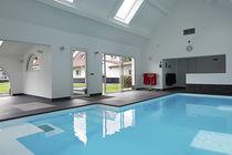 Erdverlegtes Schwimmbecken / Beton / Innenbereich / Massage