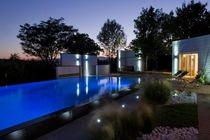 Erdverlegtes Schwimmbecken / Beton / Endlos-Schwimmbecken / für Außenbereich
