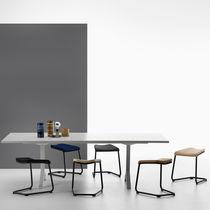Moderner Hocker / aus Chrom / Leder / Textil