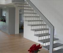 Gerade Treppe / Holzstufen / Metallstruktur / ohne Setzstufe
