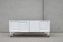 Sideboard / originelles Design / Holz / lackiertes Holz / mit Regal