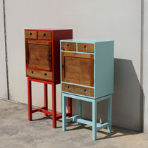 Hochbeinig-Kommode / originelles Design / mattlackiertes Holz / poliertes Holz