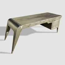 Schreibtisch / patiniertes Metall / aus Granit / originelles Design / für berufliche Nutzung