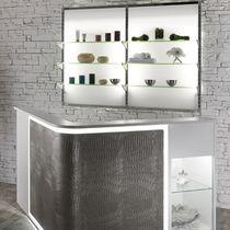 Wandmontiertes Ablageregal / für Kosmetika / Glas / mit Hintergrundbeleuchtung