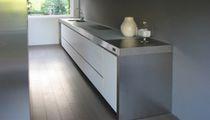 Moderne Küche / Edelstahl / Kochinsel / lackiert
