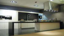 Inseldunstabzug / wandmontiert / mit integrierter Beleuchtung / originelles Design