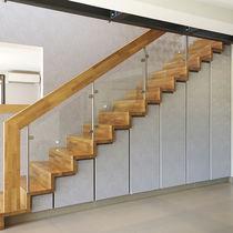 Gerade Treppe / Holzstufen / Holzrahmen / mit Setzstufe