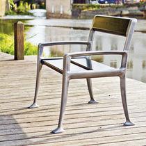 Moderner Gartenstuhl / mit Armlehnen / Holz / öffentliche Bereiche