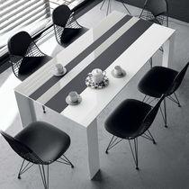 Moderner Tisch / Holz / aus Keramik / lackiertes Glas