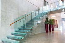 Gerade Treppe / Glasstufen / Metallstruktur / ohne Setzstufe