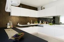 Moderne Küche / lackiertes Holz / aus Corian® / U-Rohr