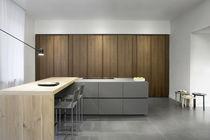 Moderne Küche / Stahl / lackiertes Holz / Nussbaum