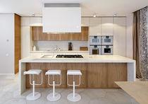 Moderne Küche / Stein / Ulme / lackiertes Holz