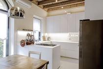 Moderne Küche / lackiertes Holz / aus Corian® / L-förmig