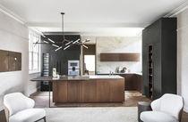 Moderne Küche / lackiertes Holz / aus Naturstein / Kochinsel