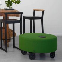 Moderner Sitzpuff / Gewebe / mit Rollen / rund