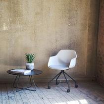 Moderner Sessel / aus Bio-Komposit / Chromstahl / mit Rollen