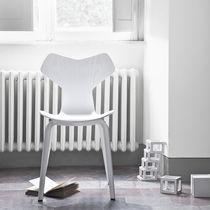 Stuhl / Skandinavisches Design / Stapel / aus Eiche / Nussbaum