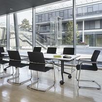 Moderner Besucherstuhl / mit Armlehnen / Polster / stapelbar