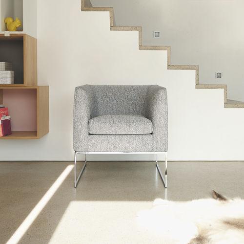 minimalistischer Sessel / Stoff / Leder / Kufen