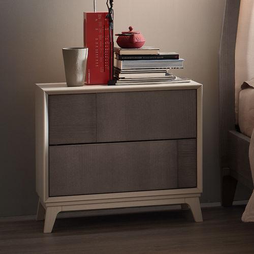 moderner Nachttisch / Metall / aus Esche / lackiertes Holz